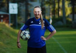 Fotbollen är viktig för Emelie Taimi.
