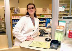 """Apotekschef Maria Torestad är inte ett dugg orolig över framtiden, varken för Åres apotek Karolinen eller personalen. """"Vi följer ju med vid en försäljning"""", säger hon."""