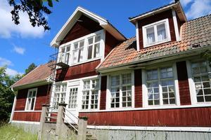 Stor och trivsam villa i Gunnarsbo, Aspeboda, 1,5 mil väster om Falun. 8 rum och kök. Huset har många rum då det tidigare huserat en barnkoloni.
