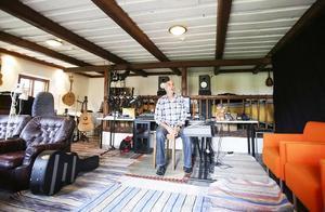 Anders  Ågren i studion som tidigare varit både svinstia och häststall.