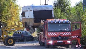 Under onsdagen lastades alla gamla husvagnar och bilar på lastbil och kördes till skrotning.
