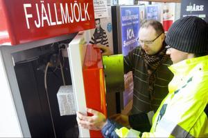 Sveriges första mjölkautomat installeras i Station Åre. Men försäljning av färsk, obehandlad mjölk är förbjuden i Sverige och myndigheterna förväntas att omedelbart stoppa försäljningen. Här ser vi Fredrik Forsberg och Petr Cihak.