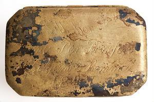 Storlek: Ca 8 cm lång, 5 cm bred och 2 cm hög. Ingravering: Danils Per Persson Leksand & Romma 1847. Försvann: I Mälarens vatten mellan åren 1847 och 1869. Hittades: I Mälarens vatten september år 2011.