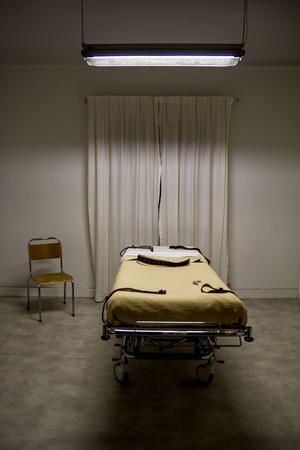 Bältessängen står i ett eget rum, med kallt lysrörsljus, och ser hotande ut.