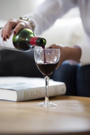 Ska ökade möjligheter att sälja alkohol bekosta framtidens välfärd? undrar debattörerna.