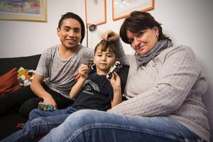 Mia Braunerhielm och hennes son Theo Braunerhielm leker med Mahdi från Afghanistan.