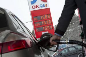 Regeringen vill höja bensin- och dieselskatten.