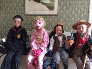 Mina fina barn på väg till traditionsenlig påskparad i Dvärsätt. Erik=Harry Potter, Emma=miss Piggy, Gustav=Lucky Luke, Arvid=Gubben Pettsson. Alla heter Mattsson. Glad Påsk!