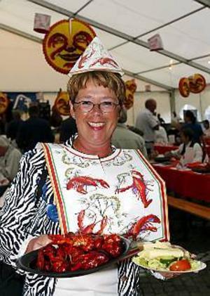 Foto:LASSE HALVARSSON Välförsedd. Ann-Christin Westling var välförsedd, med hatt haklapp och kräftor.