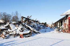 I maj 2010 totalförstördes f d Hemköpsfastigheten i Gylle vid en brand. 20 månader senare pågår fortfarande förhandlingar med Dalarnas Försäkringsbolag medan brandplatsen alltmer börjar likna en sanitär olägenhet. Ärendet kommer att tas upp på nästa sammanträde i kommunens miljö- och byggnadsnämnd.