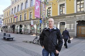 Åke Lång tittar ofta in i stadshuset och läser tidningen. Han gillar den gamla anrika byggnaden.