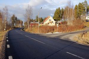 Utfarten från Vikenvägen skyms av både hus, en kurva och en backe. Trots det har Trafikverket beslutat att det inte behövs någon varningsskylt.