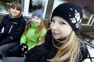 GLAD START. Anna Formgren, Klara Parneborg och Klara Dalenlund är klasskompisar i trean på Sörbyskolan. De tycker mest att det är kul att börja skolan igen efter jullovet, för alla kompisar, för träslöjden och så.