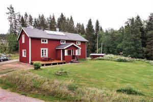 Charmig liten gård i renoveringsbehov med stor potential.