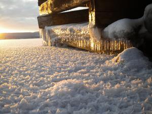 Motivet på bilden är en brygga vid storsjön, med snö och is och ett underbart solsken man kan även se vyerna av Frösön.Bilden är tagen i Byskogen, nere vid storsjön och bilden är tagen på en av bryggorna.