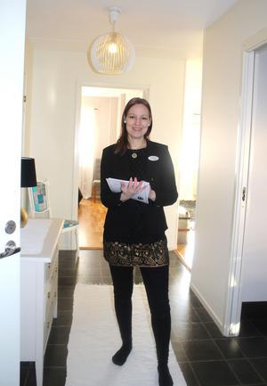 Anniqa Tengström tar emot i lägenheten som är till salu. Denna dag kom Maude Sjöström (som vi ser på ett bilder tidigare i artikeln) för att titta på lägenheten.