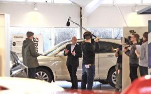 """Inspelning av kommande TV-serien """"Marcus och Rebecka"""", där Joacim spelar bilförsäljare."""