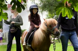 Modig lejonunge. Femåriga Emma Davidsson var inte alls rädd där hon satt på hästryggen. Har du tittat dig i spegeln? – Ja, jag är ett lejon för jag dansade Lejonkungen med Smådansarna nyss.