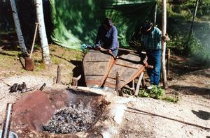 Det är tungt att pumpa de stora skinnbälgarna som håller elden i blästerugnen het.