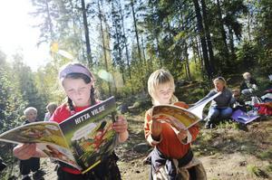 Anna Forsberg och Ivar Nilsson från klass 1B tittade lite instruktionsboken Hitta Vilse innan de ville ge sig iväg och bygga koja.