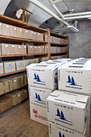 I ett av rummen står mängder av kartonger med böcker som kommunen inte har kunnat sälja.