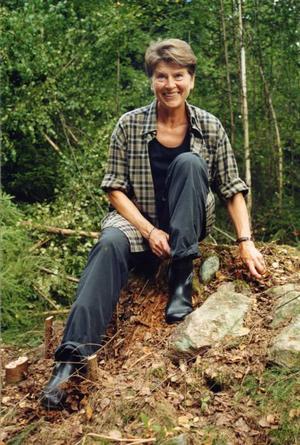 """FÖLJDE I SLÄKTENS SPÅR. Clary Jansson                           sitter på torpgrunden till sin morfars barndomshem i Värmland. I kväll börjar hennes släktsaga i fem delar, """"Morfars farfars far – och jag"""". Flera avsnitt                              handlar om Uppland och Gästrikland.  Foto: Gun-Britt Vestholm"""