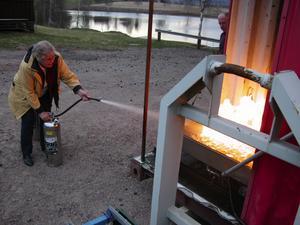 Första gången. Greta Blomgren hade inga problem med att släcka elden trots att det var första gången hon höll i en brandsläckare.