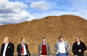En storskalig biogasanläggning kan bli aktuell i Östersund. Det är företaget Scandinavian biogas som just nu utreder förutsättningarna för att bygga i länet. I går besökte företaget Hissmofors, med Sverigechefen Erik Woode och forskningschefen Jörgen Ejlertsson längst till vänster i bild.  Foto: Håkan Luthman