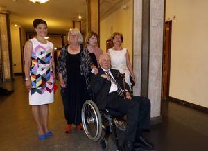 Tomas Tranströmer tillsammans med kronprinsessan Victoria, förra kulturministern Lena Adelsohn-Liljeroth, hustrun Monica och pristagaren Barbro Lindgren vid utdelandet av ALMA-priset i fjol.