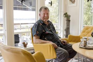 Trivs. Ulf Börjel trivs bra i huset utanför Färna som hans mormor flyttade till 1946. Utsikten mot sjön som han har från vardagsrummet och uteplatsen är bland det bästa. Foto: Veronica Bäcklin