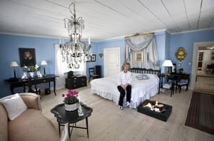Det stora blå sovrummet var ett av skälen till att Kerstin ville köpa Erik Andersgården. Det blå har hon kompletterat med möbler i svart.