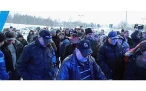 Intresset var stort, och de väntande kunderna därför många, inför invigning av Biltemas varuhus i Mora.