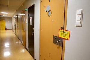 Cellen där 27-åringen hittades medvetslös har spärrats av för teknisk undersökning.