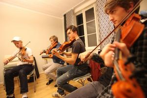 Ungdomarna i ungdomsspelmanslaget älskar att spela folkmusik och vill föra kulturen kring musiken vidare.