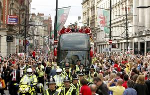 Wales spelare hyllas av folket.