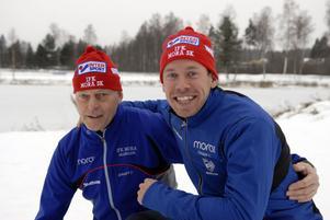 Rolf Hammar, till vänster, är en nöjd ordförande i IFK Mora skidklubb. På onsdagen kunde han presentera sprintkanonen Emil Jönsson som klubbens senaste nyförvärv.
