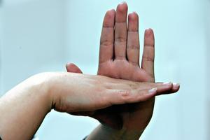 Ingen självklarhet. Det dröjde till 1983 innan teckenspråket blev en del av specialskolornas läroplan. Den långa kampen för erkännande är en orsak till de teckenspråkigas misstänksamhet mot Örebro. Arkivfoto: Knut Erik Knudsen/TT