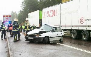 En personbil från Borlänge gjorde en u-sväng i korsningen i Amsberg och kolliderade med en lastbil som kom från Leksandshållet. Foto: Mikael Forslund