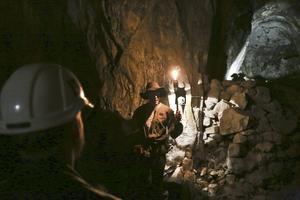 En guidad tur ingår i övernattningen. Här får besökarna lära sig vikten av att knacka tre gånger innan man beträder gruvgångarna.