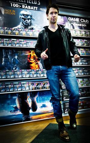 Dennis Lennartsson visar hur det såg ut när han poserade till omslagsbilden för Battlefield 3.