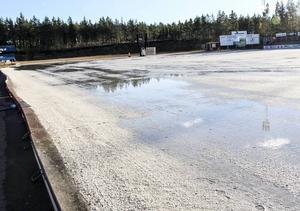 Det finns inte längre någon is på bandyplanen på Hällåsen.