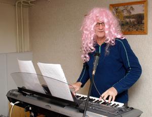 Peruk som Elton, enligt egen utsago vital och viril som Tom Jones och lika flitigt önskad – i Radio Gagnef – som Lasse Stefanz. Det är inte helt utan stolthet som vi pre-sen-terarÅKE SIRSJÖ.