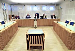 RÄTTEN SAMLAD. Nämndemännen Ulla-Britt Carlsson, Gunnar Larsson och Carl Ekenberg (längst till höger). I mitten domaren, lagman Anita Wallin Wiberg och närmast till höger om henne dagens protokollförare, domstolssekreteraren Katarina Wiklundh. Bordet till vänster är platsen för målsäganden och åklagaren, bordet till vänster för de tilltalade och advokater. Vittnena får ta plats vid det lilla bordet i mitten.