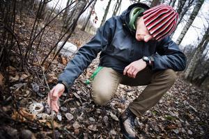 Niklas Jarl från Naturskolan var en av dem som hittade de exotiska ormarna i skogen vid Naturens hus i Örebro.
