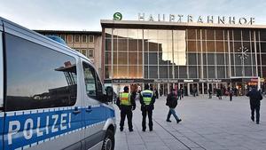 Polis patrullerar utanför centralstationen i Köln där ett stort antal kvinnor har anmält att de utsattes för sexuella övergrepp under nyårsnatten. Arkivbild.