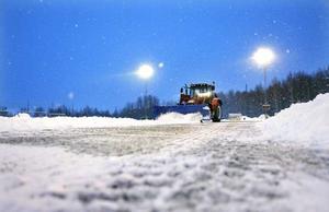 Lennart Krantz befriar konstgräset på Hamre IP från snömassorna för teknik och idrotts räkning. Därefter är det Ringvallens tur.Foto: Tony Persson