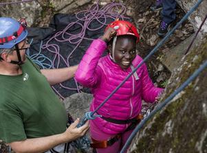 Där satt det! Ma-Binta Ceesay, 13 år, knyter näven efter att ha övervunnit sin rädsla och klättrat upp en bit på berget.