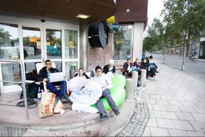 Apples senaste Iphone släpptes i USA i början av sommaren. Klockan åtta på fredagsmorgonen köade ett tjugotal entusiaster utanför Telias butik i Östersund.
