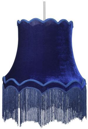 Kornblå. Taklampan Moster från Lampgustaf finns i flera färger. Säljs på Ampere och ingår i vårens sortiment på EM. Pris: från 1795 kronor.