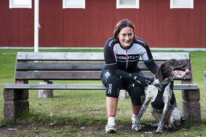 Tina Stenholm och hunden Giro tränar och tävlar tillsammans.